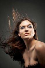 Dziewczyna z potarganymi włosami