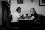 starsi ludzie przy rozmowie